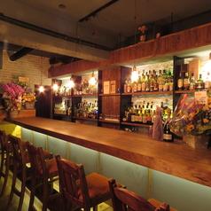店内はカウンターが6席あります。親しい仲間との大事なひと時やデートのご利用などに最適です。
