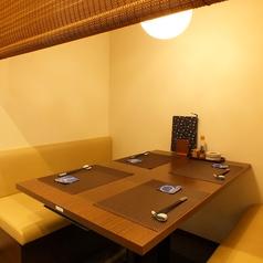 すだれをおろし個室にできます。会社の仲間や上司、部下とのご宴会にピッタリです。テーブル席4名様×2。※ご相談に応じて6名様まで可能です。#蒲田#京急蒲田#貸切#半個室#個室#日本酒#焼酎#歓迎会#