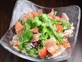 料理メニュー写真有機ルッコラ・パルマ産生ハム・フルーツトマトのオーガニックサラダ フルサイズ
