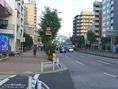 有楽町線・大江戸線「月島駅」4番出口より徒歩で5分ほど。こちらは【4番出口】を出たところです(清澄通り)。このまま出口を背中に真っ直ぐ進んでください。 前方には目指す「相生橋」がもう見えています。