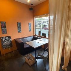 お席とお席の間にはパーテーションがございます。周りのお客様を気にすることなく、安心してお食事をお楽しみいただけます!