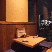 落ち着いた雰囲気の2人席。外の景色を見ながらお食事をお楽しみ頂けます。