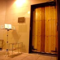重厚感溢れる扉は趣ある和の洗練された空間へ誘う!
