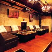 【B2F】フラットに設置されたソファが贅沢な空間を作り出す