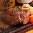 肉厚が違います。当店のお肉はとても柔らかく、ボリュウム満点です!ワインで乾杯!
