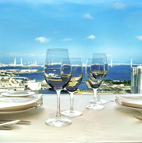 窓の外にきらめく夜景を望みながら、素敵な時間を…まさに恋に効くレストラン