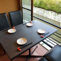 【2階窓際テーブル】窓際にご用意している2~4名様用のテーブル席。川を眺めながら、ゆったりお食事をお楽しみいただけます。