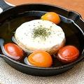 料理メニュー写真カマンベールと岡山トマトのアヒージョ