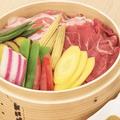 料理メニュー写真国産牛と相模豚・旬野菜のせいろ蒸し Lサイズ