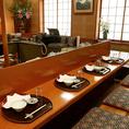 【優雅な個室】1階掘りごたつ個室(11~25名様)2階の広々としたお席はふすまのある空間で、個室としてもお使い頂けます。小さなお子様からお年寄りまで、幅広い年代の方がおくつろぎ頂ける掘りごたつ席です。各種ご宴会や接待、歓送迎会にも最適です。古き良き日本の民家のような雰囲気で、外国人の方からも人気の店内です。