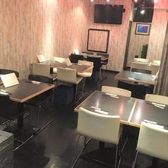 少人数~大人数までご利用いただけるテーブル席となっております。店内はモダンな雰囲気で、人数に合わせてカーテンロールで仕切ることも可能!宴会や合コン、女子会などにも利用しやすいです[2人可、4人可、6人可][2名様~6名様の半個室あり]