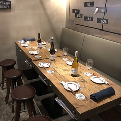 店内奥には、1列に並んだベンチシート席。4名様用テーブル4卓、2名様用テーブル2卓をご用意しております。4名様テーブルは、ご友人や同僚との飲み会に、2名様テーブルは、カップルやご夫婦でご来店の際にオススメ!