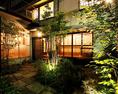移ろいゆく四季を感じる中庭。ライトアップされ幻想的な雰囲気◎