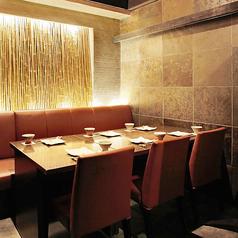 22名様席を小分けにした6名個室。雰囲気は落ち着いていて、ゆっくりとお話をしながらお酒、お料理を楽しむのにぴったりのお席となっております。