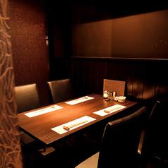2階にあるインテリアや照明が優雅な雰囲気のこちらのお席は4名様に仕切ってお席をお使いいただけます。ロールカーテンを下ろすと、プライベート感ある雰囲気でゆっくりお食事やお酒をお愉しみいただけます。大人の贅沢な時間を過ごすなら、しゃぶ庵 錦店に一度お越しくださいませ。