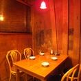 広々とお食事頂けるテーブル席!各テーブルによってライトの色が違うのも可愛い!オシャレな空間でお料理をお楽しみください!