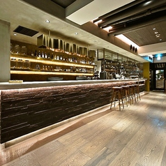 バータイムはしっぽりとカウンターでお酒を楽しむ大人の時間が流れます。