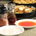 全国どこいっても見つからない!皮咲特製の餃子タレとピンク色のフルーティーなお酢『楼酢』が餃子の旨みを引き立てます!