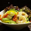 料理メニュー写真ぷりぷり海老とアボカドのトスサラダ