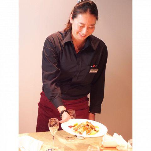 コースのお料理の取り分けなど、心のこもったサービスをお約束いたします。また、ご要望等がございましたらお気軽にお申し付けください。