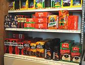 【売店】当店ではブラジルの情報発信地となるようブラジルの食材や雑貨などを販売しております。本場ブラジルコーヒーやチョコレート・ビスケットなどの菓子類から当レストランで食材として使用している豆類にトウモロコシやイモ(マンジョ-カ)の粉などの穀物類、ブラジル料理の缶・びん詰やワインなどの酒類もあります。