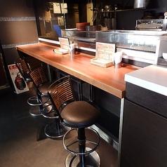 お一人様大歓迎!オープンキッチン前のカウンター席でもテーブル席でも。