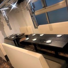 【テーブル4名席(1卓)】テーブル席は全席ベンチソファータイプ。女性に好評いただいております。