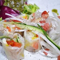 料理メニュー写真鮮魚と生ハムの生春巻き 和ダレで