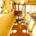 白のソファーと椅子で統一されたテーブル席はイタリアのシチリアをほうふつとさせます。