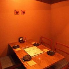 【2名様~4名様向けのテーブル席】ゆったりとしたテーブル席はデートや接待にオススメ! ごゆっくり沖縄料理をお楽しみいただけます。