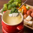 パンや野菜にあつあつとろとろのチーズをからめて食べるチーズフォンデュをメインにしたチーズフォンデュコースが当店の人気No.1!季節を問わず、女性やチーズ好きをトリコにしています。女子会では鉄板のコースです!