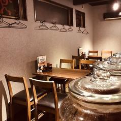 オープンキッチン前のテーブル席です。カップルや3~4名様にピッタリのお席です。[居酒屋/秦野/飲み放題/焼き鳥/女子会]