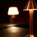赤みを帯びたランプは妖艶な雰囲気を演出します。