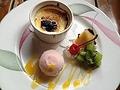 料理メニュー写真クレームブリュレ 桜アイスとフルーツの盛り合わせ添え