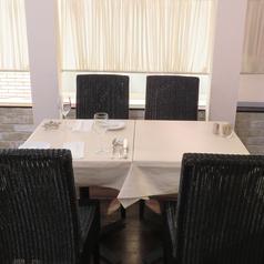 落ち着いた雰囲気のテーブル席は様々なシーンに◎