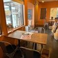 お席はご利用しやすいよう、少し広めに設計しています。開放感溢れる店内でゆったりとお食事をお楽しみください。