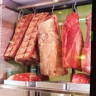 店舗入り口にある圧巻の肉専用保管庫!