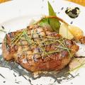 料理メニュー写真三重さくらポークロース肉のグリル 黒墨マスタードソース
