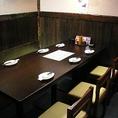 こちらは、接待などにおすすめの6名様までご利用いただける少人数用テーブル個室です。テーブル席は靴を脱がずに利用できるので、女性のお客様も使いやすいお席。ぜひ、女子会やママ会などにもご利用ください。名駅/居酒屋/海鮮/炉端焼き