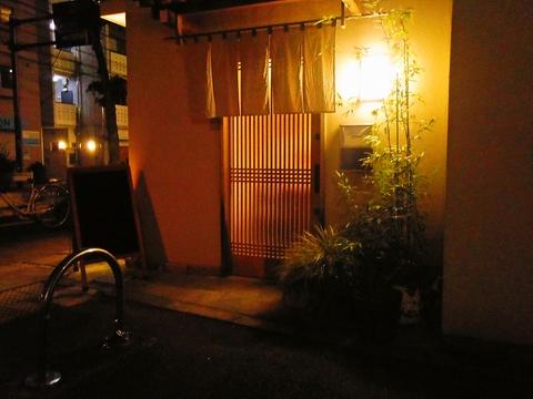 おいしい小料理とお酒が落ち着いた雰囲気で楽しめる、大人の隠れ家的な和風居酒屋。