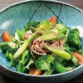 料理メニュー写真冠地鶏ムネ肉とアスパラのごまサラダ