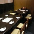 14名様までお使いいただけるテーブル個室は、各種打ち上げや歓送迎会、同窓会などの中規模宴会におすすめのお席です。周りを気にせずゆったりとお楽しみいただけるプライベート空間で、炉端焼きや手こね寿司など当店の人気メニューをご堪能下さい!