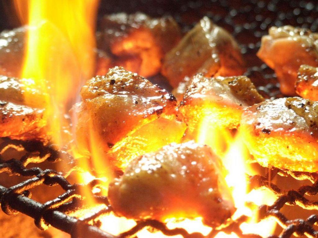 【鶏料理専門店】炭火でじっくり炙る、厳選された桜姫鶏をアツアツでどうぞ。