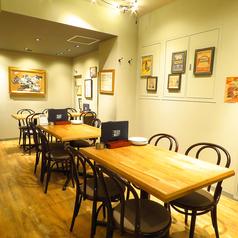 仕切りを使って大人数宴会★店内奥は、仕切りの扉を使えば、最大28名様までの半個室の宴会スペースとしてもご利用いただけます。会社や仲間内で盛り上がりたい時に最適です◎