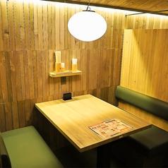 【4名様までご利用いただけるボックス席】ボックス席は2名様~4名様までご利用いただけます。木のぬくもりあふれる空間はデートや女子会、合コンにおすすめです!当日OKな食べ飲み放題コースもご用意しておりますので、お気軽にご来店ください♪