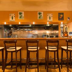 カウンターは実は特等席。藤木シェフが手際よくお料理しているところを間近にご覧いただくことができます。