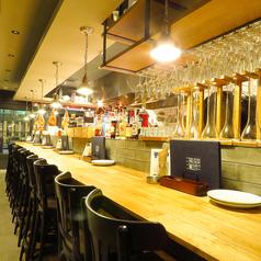 オープンキッチンのカウンター席★おひとり様でスタッフとの会話を楽しむのも◎おしゃれな雰囲気で、カップルにもおすすめです。