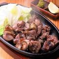料理メニュー写真地鶏モモ炭火焼