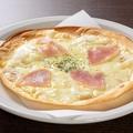 料理メニュー写真生ハムクリームピザ