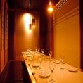 宴会場を様々な人数様で区切り個室に…例えば4名様から18名様など人数様に応じてご用意致します。